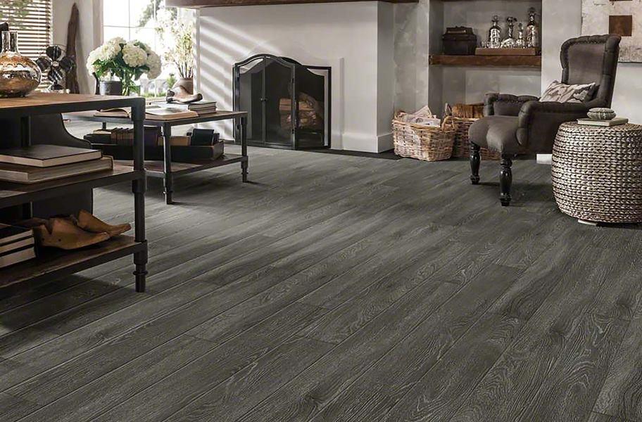 FlooringInc 2020 vinyl flooring trends: gray wood-look planks