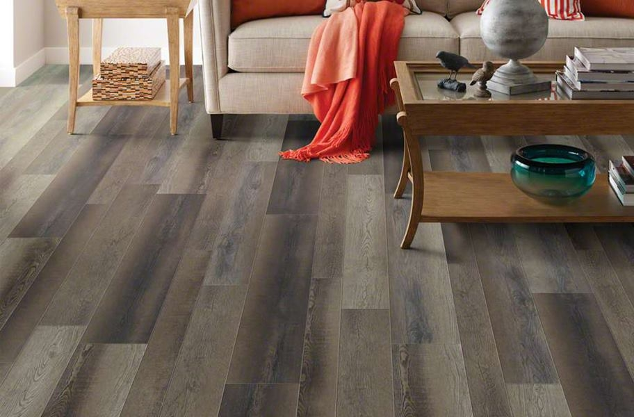 FlooringInc 2020 vinyl flooring trends: mixed width planks in a living room setting