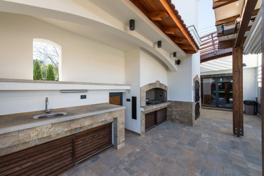 Modern outdoor kitchen stone-look floor