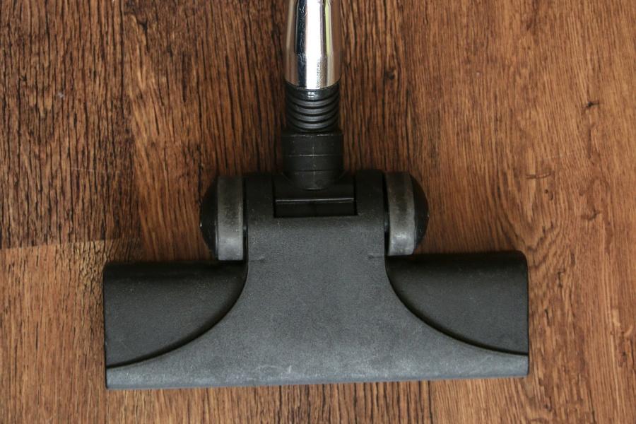 vacuum clean vinyl flooring