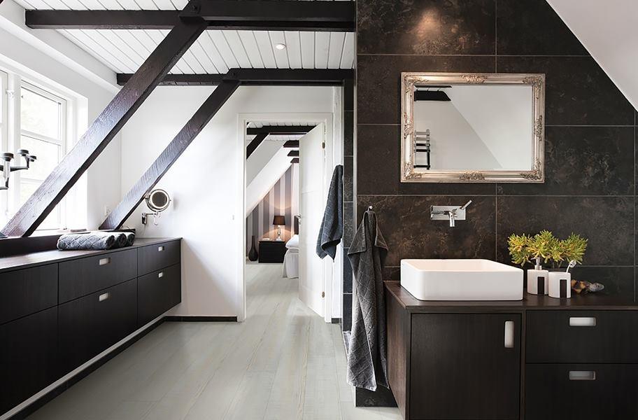 FlooringInc 2020 flooring trends: waterproof vinyl flooring in a bathroom setting