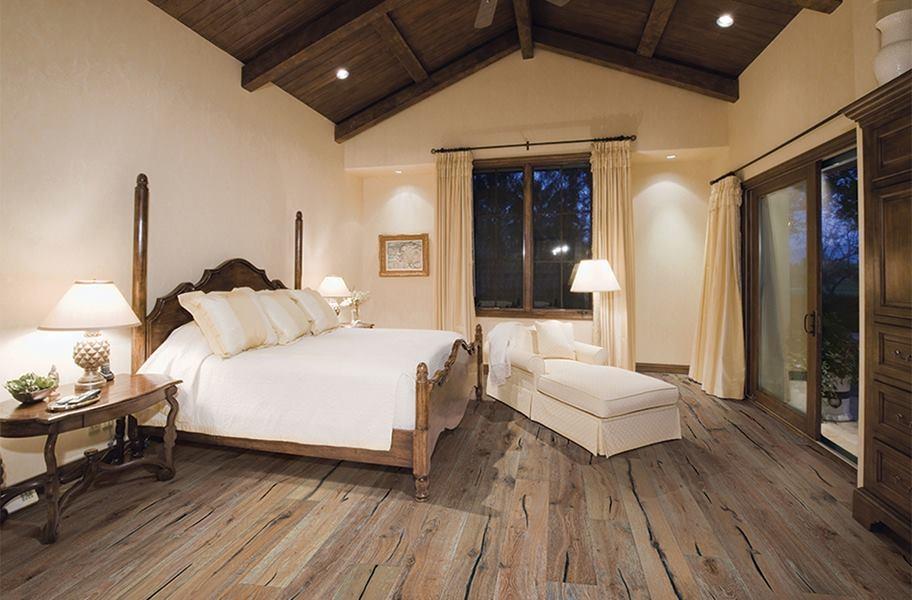 Pisos de madera clara de FlooringInc en un ambiente de dormitorio