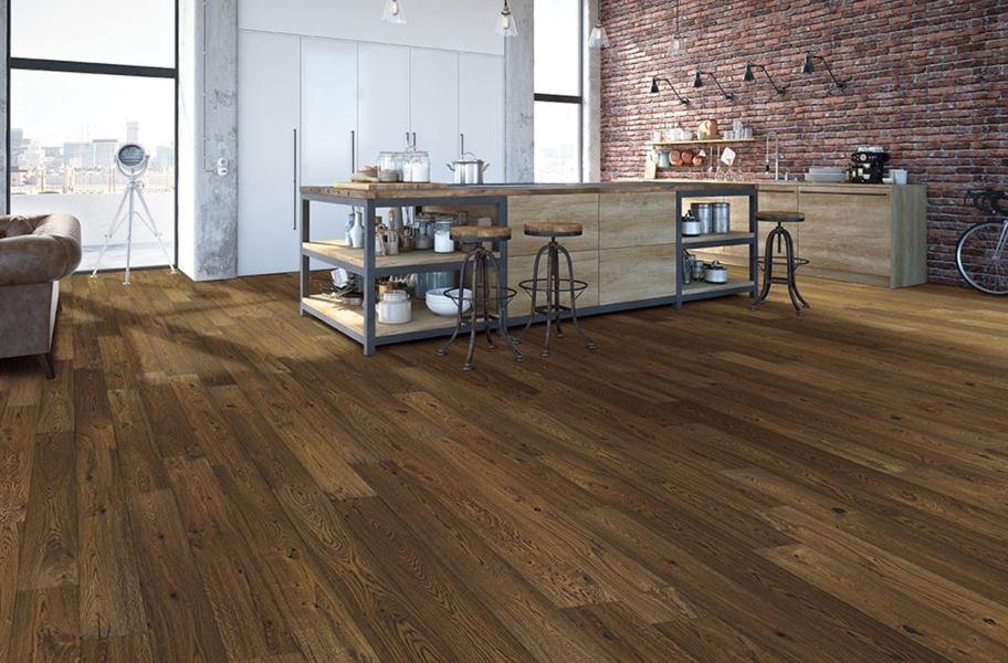 Pisos de madera de ingeniería FlooringInc en una cocina