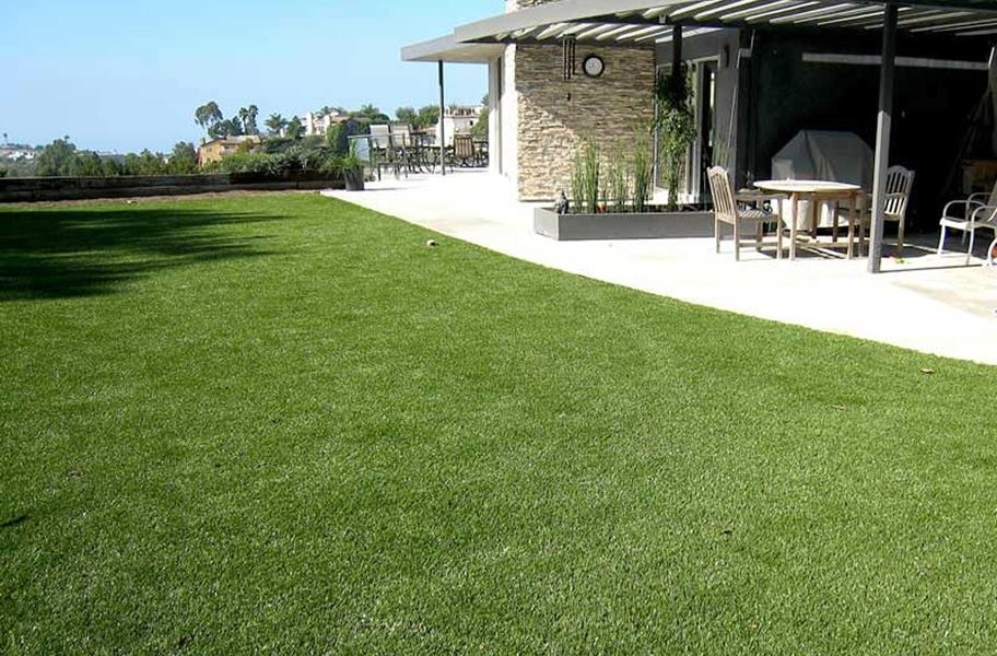 FlooringInc iBuyers guide: artificial grass in a residential yard with patio