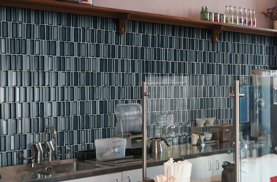 Backsplash tile with a contrasting grout color